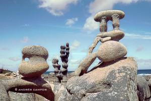 Los cantos rodados por el oleaje dan un aspecto daliniano a las esculturas del Museo de Man, en Camelle.