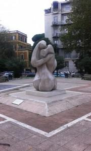Monumento L'Abbraccio dedicato ai Caduti delle Forze dell'Ordine e del Soccorso